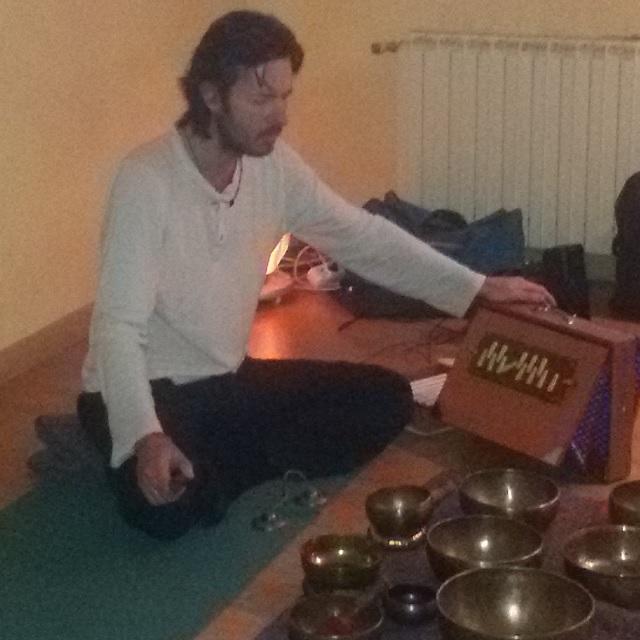 Lee más sobre el artículo Yoga y viaje de sonido con cuencos tibetanos